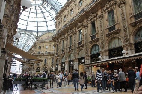 Kawasan belanja Vittorio Emanuele II, Milan, Italia, memiliki shopping street yang lebar dan nyaman. FOTO; ROBERT ADHI KSP