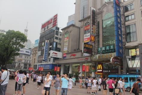 Kawasan belanja Nanjing Road di Shanghai, China memiliki shopping street yang lebar dan nyaman. FOTO: ROBERT ADHI KSP