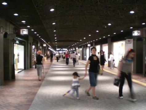 New Tenjin Underground Shopping Arcade, kawasan belanja  bawah tanah di Tenjin, Fukuoka, Jepang. FOTO: ROBERT ADHI KSP