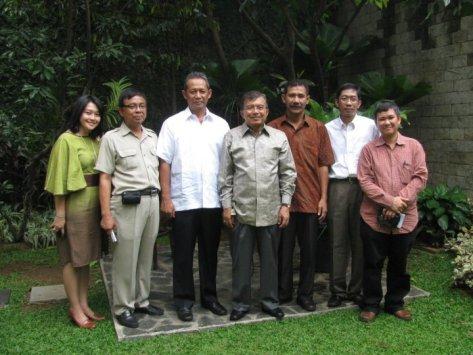 Pak Pitoyo Subandrio dan tim, bersama saya sebagai penulis buku BKT, bertandang ke rumah Jusuf Kalla untuk minta Pak JK memberi sambutan di dalam buku.