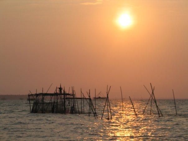 Menikmati matahari terbit di Tanjung Lesung. FOTO: KOMPAS/ROBERT ADHI KSP