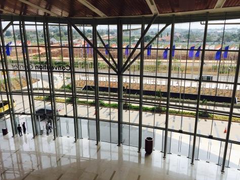 Indonesia Convention Exhibition (ICE) yang dibangun di lahan 22 hektar di BSD City, Tangerang, Banten, menjadi gedung MICE terbesar di Asia Tenggara. FOTO: KOMPAS/ROBERT ADHI KSP