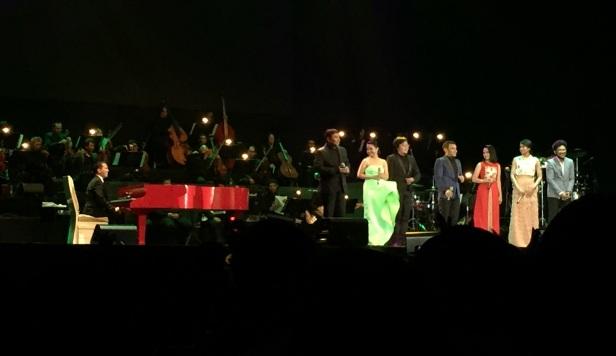 Magentra Orchestra pimpinan Andi Rianto (kiri) membawakan karya para komposer Indonesia  dengan musisi (dari kiri) Harvey Malaiholo, Ruth Sahanaya, Ari Lasso, Judika, Zahra Damariva, Maudy Ayunda, dan Kunto Aji. Tidak tampak adalah Rossa. Pertunjukan musik digelar di ICE BSD, Tangerang, Banten, Minggu (9/8/2015) malam.