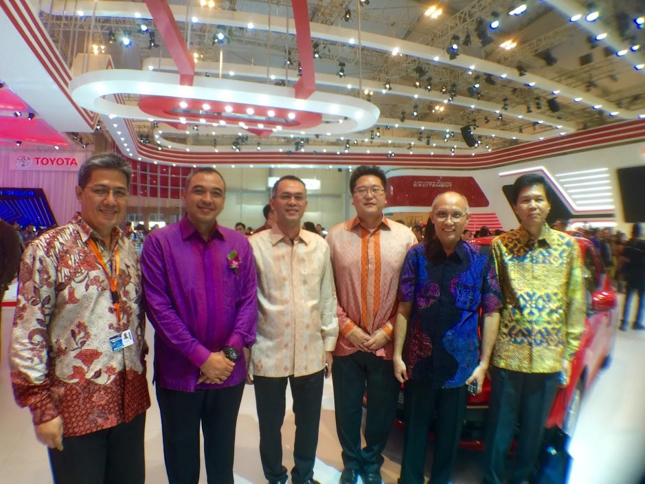 Dari kanan ke kiri: Teddy Surianto (Presdir PT Medialand), Irwan Oetama (Komisaris Utama PT Medialand), Michael Widjaja (CEO Sinarmas Land), Ernawan (Komisaris Medialand), Zaki Iskandar (Bupati Tangerang), dan Dhony Rahajoe (Sinarmas Land) FOTO: KOMPAS/ROBERT ADHI KUSUMAPUTRA